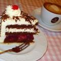 schwarzwälder kirschtorte mit kaffee